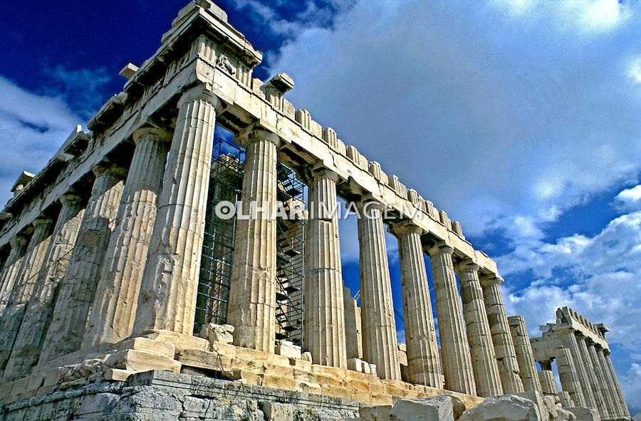 Colunas do Partenon no alto da Acrópole. Atenas. Grécia. 2000. Foto de Renata Mello.