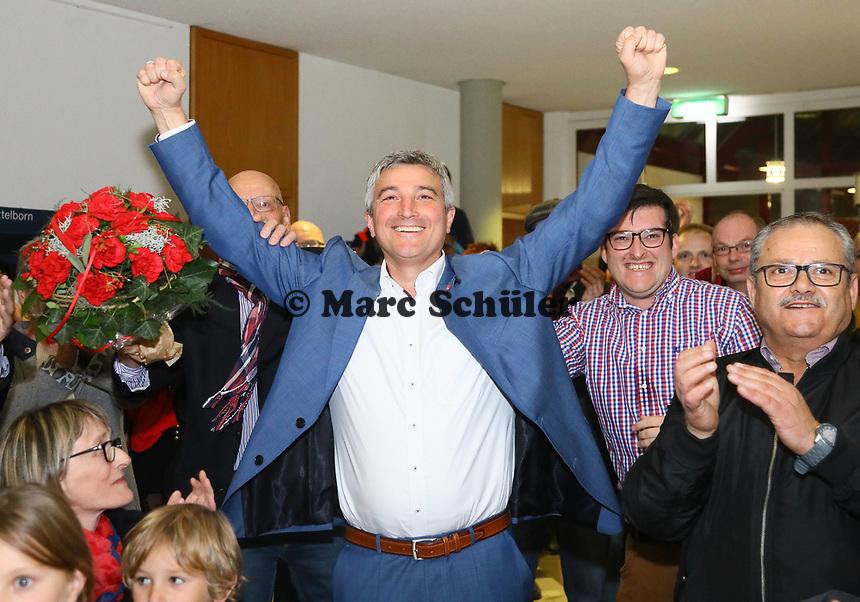 B&uuml;ttelborn 28.10.2018: B&uuml;rgermeister- und Landtagswahl<br /> SPD-B&uuml;rgermeisterkandidat Marcus Merkel verfolgt mit den Ausgang der Wahl zu seinen Gunsten. Die Anwesenden applaudieren ihm<br /> Foto: Vollformat/Marc Sch&uuml;ler, Sch&auml;fergasse 5, 65428 R'heim, Fon 0151/11654988, Bankverbindung KSKGG BLZ. 50852553 , KTO. 16003352. Alle Honorare zzgl. 7% MwSt.