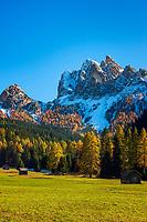 Italien, Suedtirol (Trentino - Alto Adige), Naturpark Fanes-Sennes-Prags: Altpragser Tal, im Hintergrund die schneebedeckten Gipfel Sarlkopf (links) und Duerrenstein | Italy, South Tyrol (Trentino - Alto Adige), Fanes-Sennes-Prags Nature Park: Valle di Braies Vecchia with summits Punta di Serla and Picco di Vallandro