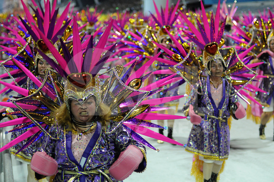 SAO PAULO, SP, 18 DE FEVEREIRO 2012 - CARNAVAL SP - DRAGOES DA REAL - Desfile da escola de samba Dragoes da Real na segunda noite do Carnaval 2012 de São Paulo, no Sambódromo do Anhembi, na zona norte da cidade, neste sábado.(FOTO: LEVI BIANCO - BRAZIL PHOTO PRESS).