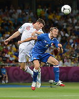FUSSBALL  EUROPAMEISTERSCHAFT 2012   VIERTELFINALE England - Italien                     24.06.2012 James Milner (li, England) gegen Federico Balzaretti (re, Italien)