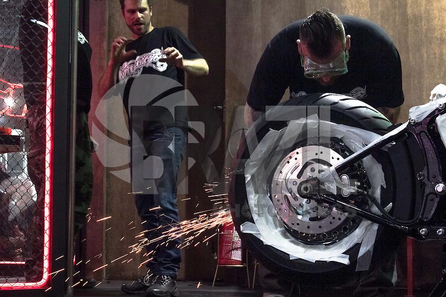 SÃO PAULO, SP, 07.10.2015- DUAS-RODAS-  Movimentação no Salão Duas Rodas no Anhembi região norte da cidade de São Paulo na tarde desta quarta-feira, 7. (Foto: Renato Mendes / Brazil Photo Press)