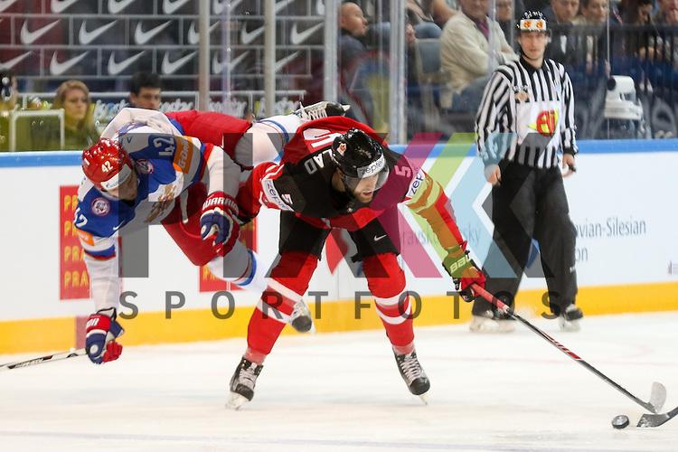 Canadas Ekblad, Aaron (Nr.5) im Zweikampf mit Russlands Anisimov, Artyom (Nr.42)(Columbus Blue Jackets) der umgeworfen wird im Spiel IIHF WC15 Finale Russia vs. Canada.<br /> <br /> Foto &copy; P-I-X.org *** Foto ist honorarpflichtig! *** Auf Anfrage in hoeherer Qualitaet/Aufloesung. Belegexemplar erbeten. Veroeffentlichung ausschliesslich fuer journalistisch-publizistische Zwecke. For editorial use only.