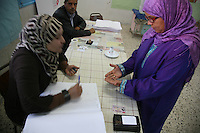 23 ottobre 2011 Tunisi, elezioni libere per l'Assemblea Costituente, le prime della Primavera araba: una donna mostra le mani ad una scrutinatrice prima di votare.<br /> premieres elections libres en Tunisie octobre <br /> tunisian elections