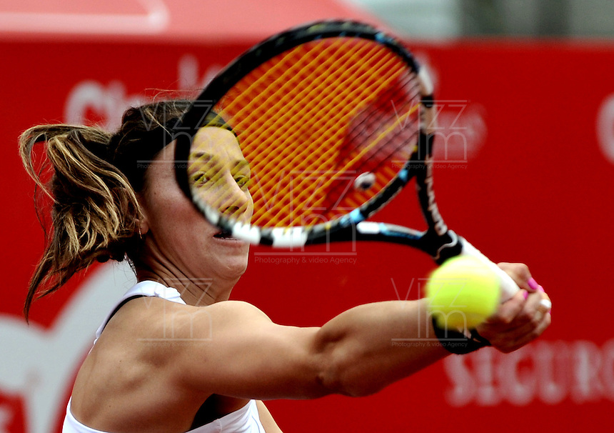 BOGOTA - COLOMBIA - FEBRERO 21-02-2013: Mariana Duque de Colombia, devuelve la bola a Jelena Jankovic de Serbia, durante partido por la Copa de Tenis WTA Bogotá, febrero 19 de 2013. (Foto: VizzorImage / Luis Ramírez / Staff). Mariana Duque from Colombia, returns the ball to Jelena Jankovic from Serbia, during a match for the WTA Bogota Tennis Cup, on February 21, 2013, in Bogota, Colombia. (Photo: VizzorImage / Luis Ramirez / Staff)