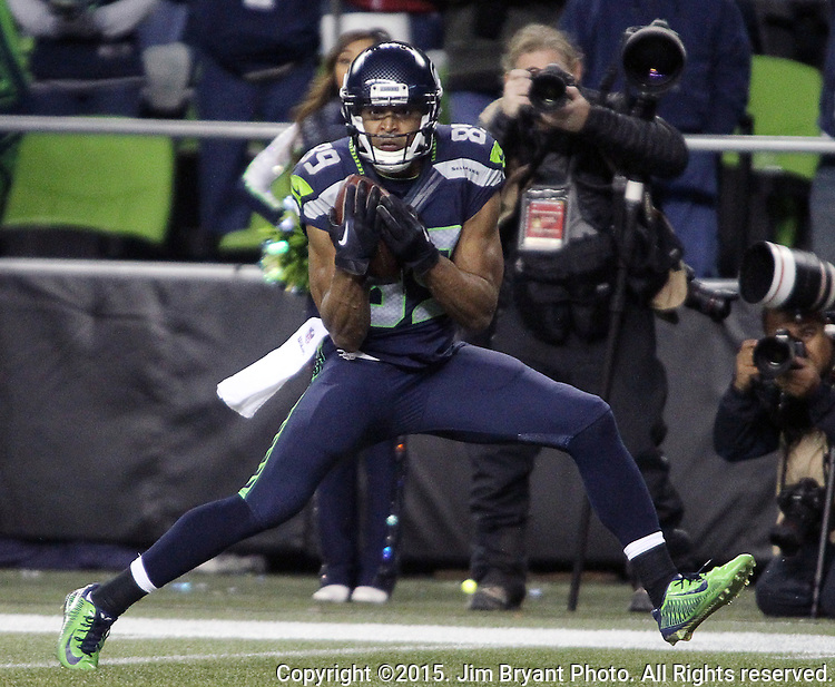 Seattle Seahawks wide receiver Doug Baldwin( 89) hauls in a 32 yard touchdown pass from quarterback Russell Wilson Arizona Cardinals at CenturyLink Field in Seattle, Washington on November 15, 2015. The Cardinals beat the Seahawks 39-32.   ©2015. Jim Bryant photo. All Rights Reserved.