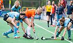 BLOEMENDAAL - Laurien Boot (Bl'daal)  tussen Nicole van Jaarsveld (HGC) en links Anne Abendrot (HGC) , 2e play out wedstrijd tussen Bloemendaal-HGC dames (2-0). COPYRIGHT KOEN SUYK