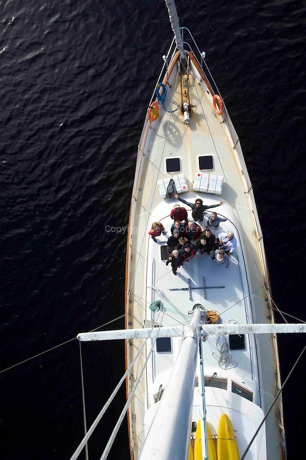 A bord du  Island Odyssey une semaine de voile sur les cotes nord de la Colombie Britannique. Le bateau est le seul moyen de  saventurer dans le dédale de fjords de la foret pluviale temperee qui s etend sur 400 km de long entre Prince Ruppert et le nord de lile de Vancouver..Island Odyssey ketch owned by bluewater adventure. Boat is the only way to explore the maze of fjords and islands of the Great bear Rainforest. 250 miles of coasts between Prince Ruppert town and the north coast of Vancouver island.