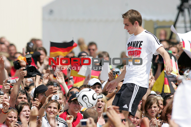 FIFA WM 2006 - Feature Fanmeile Berlin<br /> Verabschiedung der Deutschen Nationalmannschaft.<br /> Supporters from Germany celebrate the german national team (Philipp Lahm with ball) at Brandenburger Tor in Berlin after the World Cup.<br /> Foto &copy; nordphoto