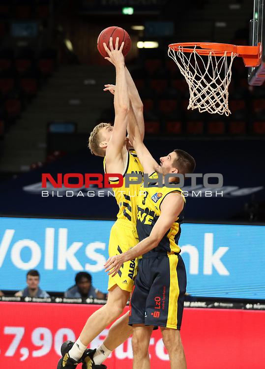 #5 Niels Giffey von Alba Berlin  , #3 Braydon Hobbs von Baskets Oldenburg <br /> Basketball, nph0001 1.Bundesliga BBL-Finalturnier 2020.<br /> Halbfinale Spiel 2 am 24.06.2020.<br /> <br /> Alba Berlin vs EWE Baskets Oldenburg <br /> Audi Dome<br /> <br /> Foto: Christina Pahnke / sampics  / POOL / nordphoto<br /> <br /> National and international News-Agencies OUT - Editorial Use ONLY