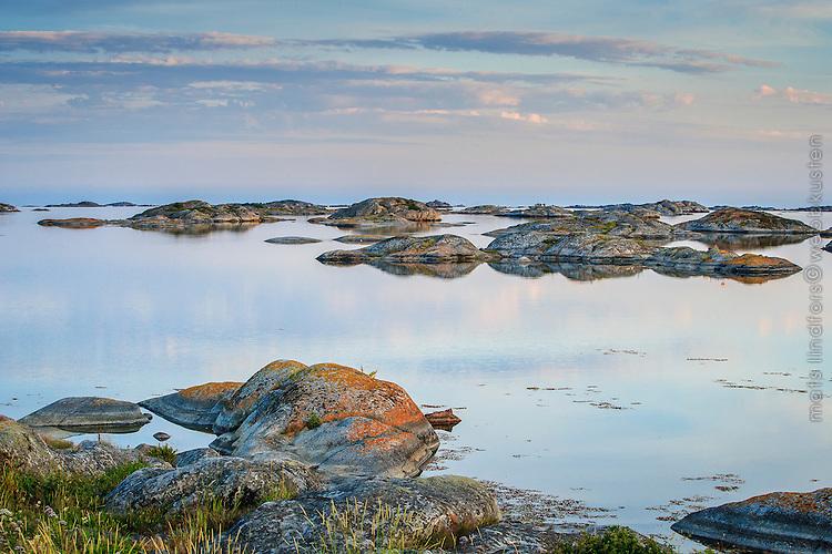 Låga skär på Stora Nassa i Stockholms skärgård. / Skerries in the Stockholm archipelago in Sweden.