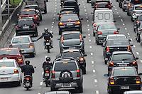 ATENCAO EDITOR: FOTO EMBARGADA PARA VEICULOS INTERNACIONAIS. SAO PAULO, SP, 26 DE NOVEMBRO DE 2012 - Motociclista tenta tocar retrovisor de veiculo no transito da Avenida 23 de Maio, na manha desta segunda feira, regiao central da capital.   FOTO: ALEXANDRE MOREIRA - BRAZIL PHOTO PRESS.