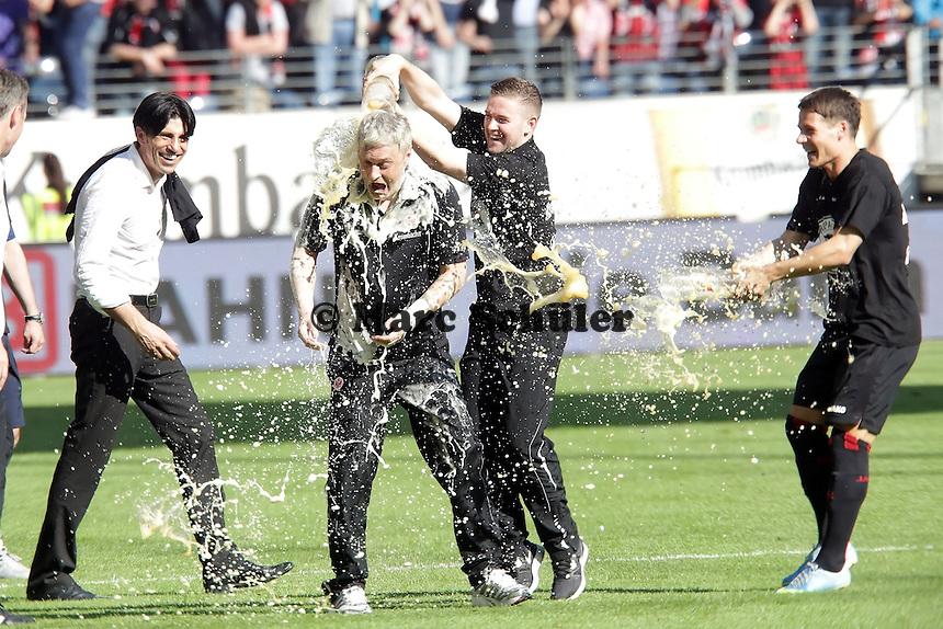 Trainer Armin Veh wird von Marc Stendera und Stefano Celozzi (Eintracht) mit Bier geduscht, Manager Bruno Hübner amüsiert sich