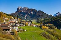 Italy, South Tyrol (Trentino-Alto Adige), Val di Funes: San Pietro with parish church | Italien, Suedtirol (Trentino-Alto Adige), Villnoesstal: St. Peter mit Pfarrkirche St. Peter und Paul