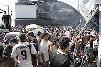 FOTO EMBARGADA PARA VEICULOS INTERNACIONAIS - SAO PAULO, SP, 12 DE DEZEMBRO 2012 -  CORINTHIANS QUADRA GAVIOES - Mundial de Clubes da Fifa 2012- Torcedores do corinthians lotam a quadra da gavioes para assistirem o confronto do Timao x Al Ahly, na manha dessa quarta-feira, na regiao do Bom Retiro, zona central da capital  -  FOTO: LOLA OLIVEIRA/BRAZIL PHOTO PRESS