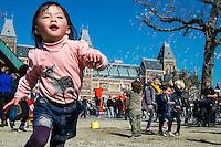 Nederland, Amsterdam, 10 april 2016<br /> Een bellenblazer op het Museumplein bezorgd kinderen een hoop plezier met heel veel zeepbellen die de kinderen proberen te vangen.<br /> <br /> Foto (c) Michiel Wijnbergh