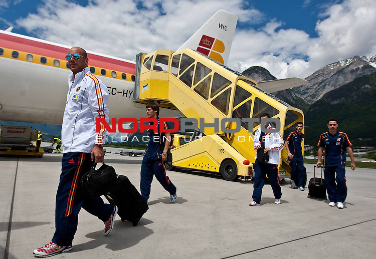 28.05.2010, Flughafen, Innsbruck, AUT, FIFA Worldcup Vorbereitung, Ankunft Spanien, im Bild die Spanische Nationalmannschaft nach der Ankunft am Flughafen Innsbruck, 6 Foto: nph /  J. Groder *** Local Caption *** Fotos sind ohne vorherigen schriftliche Zustimmung ausschliesslich f&uuml;r redaktionelle Publikationszwecke zu verwenden.<br /> <br /> Auf Anfrage in hoeherer Qualitaet/Aufloesung