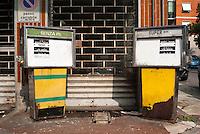 Milano, quartiere Bruzzano, periferia nord. Vecchie pompe di carburante in disuso --- Milan, Bruzzano district, north periphery. Old fuel pumps in disuse