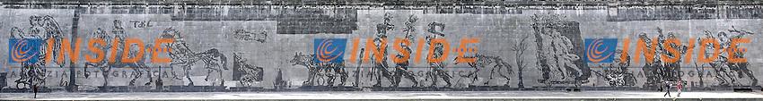 Roma 12-04-2016 La serie di Murales pi&ugrave;' lunga che sia mai stata realizzata a Roma, dal titolo, &quot;Triumphs and Laments&quot;, e' appena stata terminata dall'artista sudafricano William Kentridge, lungo i muraglioni del Tevere, tra Ponte Sisto e Ponte Mazzini. La tecnica, del tutto innovativa, ecologica e non invasiva, si basa semplicemente sul 'togliere' la patina di smog che il tempo ed il traffico cittadino hanno steso sui muraglioni, con del vapore. Il murale, lungo 550 metri, con 80 figure alte fino a 10 metri, narra la storia, fatta appunto di trionfi e lamenti, di Roma, e vi sono raffigurati momenti ed icone importanti per la storia della citta'. La Lupa capitolina, il trionfo di Cesare, la Vittoria alata, integra e spezzata, Marcello Mastroianni e Anita Ekberg nella Fontana di Trevi per la Dolce vita, Santa Teresa, Michelangelo, la morte di Remo accostata a quella di Pasolini, incluso un mega Mussolini a cavallo, affiancato dalla mano tesa del tipico saluto romano.<br /> <br /> Rome 12th April 2016. The longest series of murals in Rome was just ended along the river Tiber by the South African artist William Kentridge, titled &quot;Triumphs and Laments&quot;. The artist used a very simple, ecologic technique to realize the paintings: he 'cleaned' the layer of smog covering the walls along the river with vapor. The mural, 550mt long and made of 80 figures 10mt tall, tells the story, made of Triumphs and Laments, of Rome. From the bitch, symbol of the city, to the Thriumph of Juluis Caesar, from the winged victory to Marcello Mastroianni and Anita Ekberg in 'La dolce vita', from the killing of Pasolini to Mussolini.<br /> Photo Samantha Zucchi Insidefoto