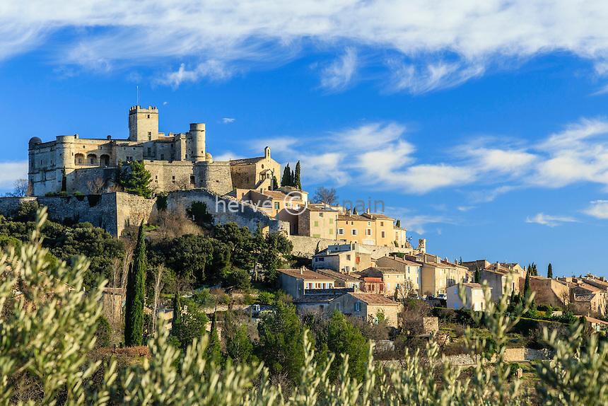 France, Vaucluse (84), Le Barroux, le village surmonté du château vue depuis une oliveraie // France, Vaucluse, Le Barroux