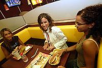 FRANCIA- Parigi - Beurger King Muslim , primo ristorante francese fast food che offre carne hallal, in conformità con i dettami della religione islamica, aperto a fine  luglio 2005 a Clichy sous Bois, banlieu parigina, in una zona  a forte concentrazione musulmana. Si rivolge principalmente alle famiglie, presto verrà creata una catena col marchio BKM in Francia e in Europa. Tre ragazze pranzano al tavolo France- Paris - Beurger King Muslim, the first French restaurant fast food offering halal meat , in accordance with the dictates of the Islamic religion , opened in late July 2005 in Clichy sous Bois , Paris suburbs , in an area with a high Muslim concentration . It caters mainly to families
