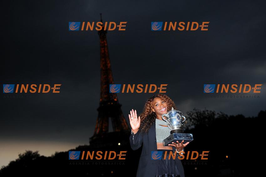 Serena Williams (USA) <br /> Serena Williams posato con il trofeo davanti la tour eiffel dopo la vittoria del torneo <br /> Parigi 8/6/2013<br /> Tennis Roland Garros <br /> Foto Panoramic / Insidefoto<br /> ITALY ONLY