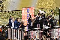 Ex-QB John Elway (Vice President of Football Operations und General Manager) mit der Vince Lombardi Trophy, MVP LB Von Miller jubelt - Super Bowl 50: Carolina Panthers vs. Denver Broncos