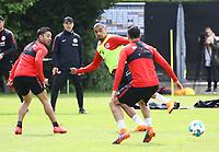 Kevin-Prince Boateng (Eintracht Frankfurt) gegen Marco Fabian (Eintracht Frankfurt) und Carlos Salcedo (Eintracht Frankfurt) - 01.05.2018: Eintracht Frankfurt Training, Commerzbank Arena