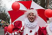 Düsseldorf, Deutschland. 26. February 2017. Clowns der Gruppe Jecke Bajazzos beim Straßenkarneval auf der Kö in Düsseldorf. Düsseldorfer flanieren in bunten Karnevalskostümen und mit viel guter Laune über die Königsallee, beim sogenannten Kö-Treiben, einen Tag vor Rosenmontag.