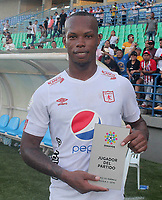MONTERIA - COLOMBIA, 15-09-2019: Edwin Velasco de America recibe el premio al mejor  jugador después del partido por la fecha 11 de la Liga Águila II 2019 entre Jaguares de Córdoba F.C. y América de Cali jugado en el estadio Jaraguay de la ciudad de Montería / Edwin Velasco of America receives the best player prize after a match for the date 11 as part Aguila League II 2019 between Jaguares de Cordoba F.C. and America de Cali played at Jaraguay stadium in Monteria city. Photo: VizzorImage / Cont