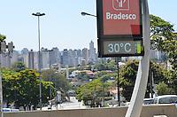 SÃO PAULO, SP, 14 DE SETEMBRO DE 2013 - CLIMA TEMPO - Termometro registra 30 graus e qualidade moderada do ar, na região do Pacaembu, zona oeste da capital, no início da tarde deste sábado, 14. FOTO: ALEXANDRE MOREIRA / BRAZIL PHOTO PRESS