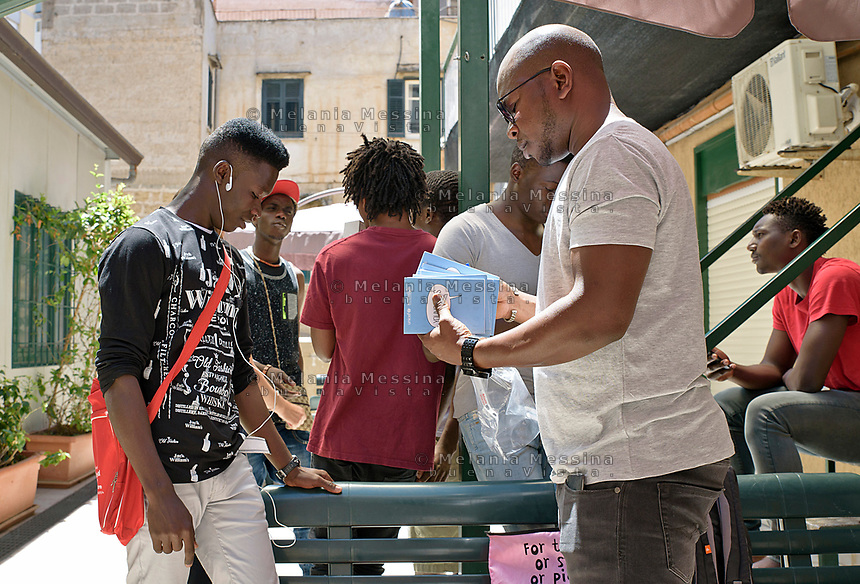 Palermo, centro d'accoglienza per minori non accompagnati Asanti, momento della consegna dello young pass.<br /> Palermo: community house for unaccompanied foreign minors, Asante non profit association, distribution of the &quot;young pass&quot;