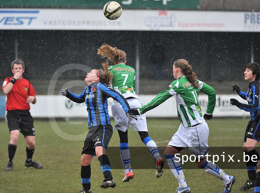 Club Brugge Dames - PEC Zwolle : kopduel met Nina Vindevoghel (links).foto DAVID CATRY / Vrouwenteam.be