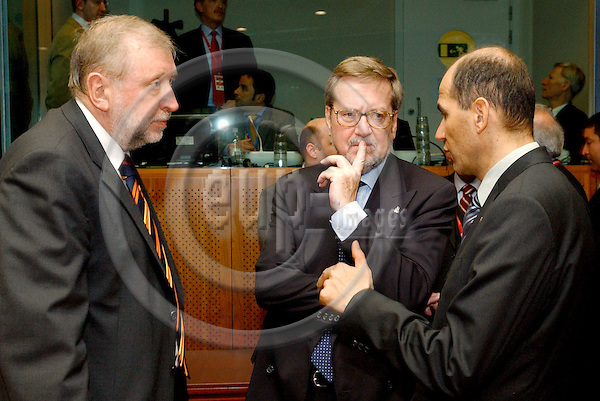 Brussels-Belgium - 22 March 2005--- EU-Summit hosted by the Presidency of Luxembourg: Dimitrij RUPEL (le), Minister for Foreign Affairs of Slovenia, with Per Stig MOELLER (ce), Minister for Foreign Affairs of Denmark, and Janez JANSA (ri), Prime Minister of Slovenia---Photo: Horst Wagner/eup-images