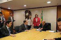 BrASÍLIA, DF, 12 DE JULHO DE 2012 - O ministro das Comunicações, Paulo Bernardo, assinou um contrato de empréstimo para a Financiadora de Estudos e Projetos (Finep), no valor total de R$ 100 milhões. Os recursos são oriundos do Fundo para o Desenvolvimento Tecnológico das Telecomunicações (Funttel) e serão destinados a projetos de empresas com enfoque na inovação do setor, em consonância com as metas do Programa Nacional de Banda Larga (PNBL).  Foto: Pedro Franca - Brazil Photo Press