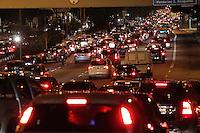 SAO PAULO, SP, 01/03/2013, TRANSITO. A volta do paulistano para casa nessa sexta-feira (01) tem transito carregado na Radial Leste sentido do bairro na altura do bairro da Mooca. LUIZ GUARNIERI/ BRAZIL PHOTO PRESS.