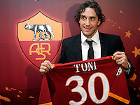 Il nuovo attaccante della Roma Luca Toni posa con la sua nuova maglia al termine della conferenza stampa di presentazione al centro sportivo di Trigoria, Roma, 2 gennaio 2010..AS Roma football team's new forward Luca Toni poses with his new jersey at the end of the press conference for his official presentation at the club's sporting center on the outskirts of Rome, 2 january 2010. .UPDATE IMAGES PRESS/Riccardo De Luca