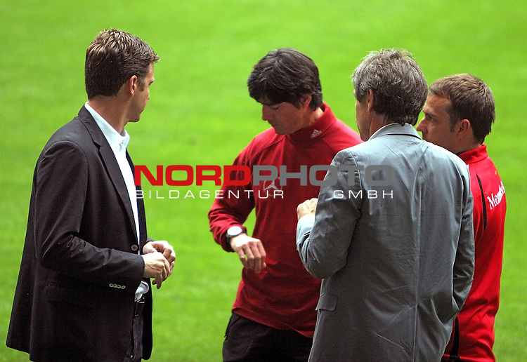 DFB Nationalmannschaft EM-Quali 2008 Training AOL-Arena, 05.06.2007 Hamburg<br /> <br /> <br /> <br /> Abschlusstraining, DFB Manager Oliver Bierhoff mit Bundestrainer Loew, der auf die Uhr schaut. Ganz rechts Hansi Flick in rot. AOL Arena vorm Qualifiaktionsspiel Deutschland - Slowakei.<br /> <br /> <br /> <br /> Foto: &copy; nph (nordphoto)<br /> <br /> <br /> <br /> *** Local Caption ***