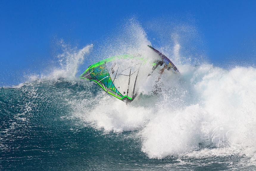 Graham Ezzy (USA) windsurfing in Ho'okipa Beach Park (Maui, Hawaii, USA)