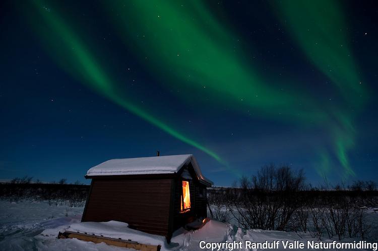 Nordlys over hytte på Sennalandet i Finnmark. ---- Northern lights over cabin in Finnmark.