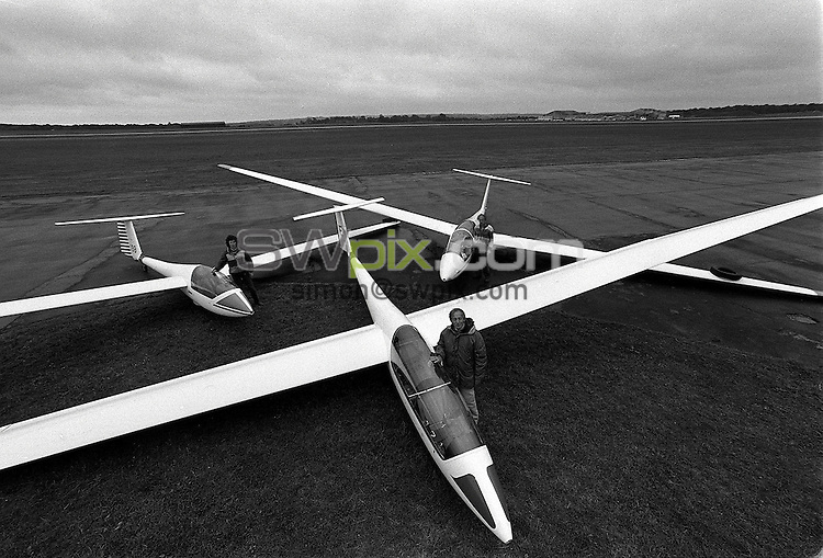 Pix:Michael Steele/SWpix...Gliding. Gliders, Hampshire, 1988...COPYRIGHT PICTURE>>SIMON WILKINSON..Gliders, Hampshire, 1988.