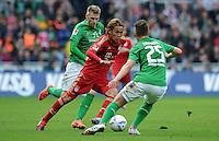 FUSSBALL   1. BUNDESLIGA   SAISON 2011/2012   32. SPIELTAG SV Werder Bremen - FC Bayern Muenchen               21.04.2012 Takashi Usami (li, FC Bayern Muenchen) gegen Aaron Hunt (li) und Tom Trybull (re, beide SV Werder Bremen)