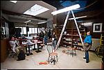 B.A.R.L.U.I.G.I. in Barriera di Milano, opera viva ideata da Alessandro Bulgini. L'artista Delfina De Pietro al lavoro per rimescolare l'opera. Dic 2012