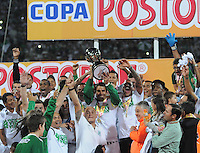 MEDELLÍN -COLOMBIA-17-11-2013. Jugadores de Atlético Nacional levantan la copa como campeones de la Copa Postobón 2013. Atlético Nacional y Millonarios disputaron el partido de vuelta de la final de la Copa Postobon 2013 realizado en el estadio Atanasio Girardot de Medellín./ Players of Atletico Nacional raise the cup as champions of Copa Postobon 2013. Atletico Nacional and Millonarios played the final match of the Copa Postobon 2013 at Atanasio Girardot stadium in Medellin. Photo: VizzorImage/Luis Ríos/STR