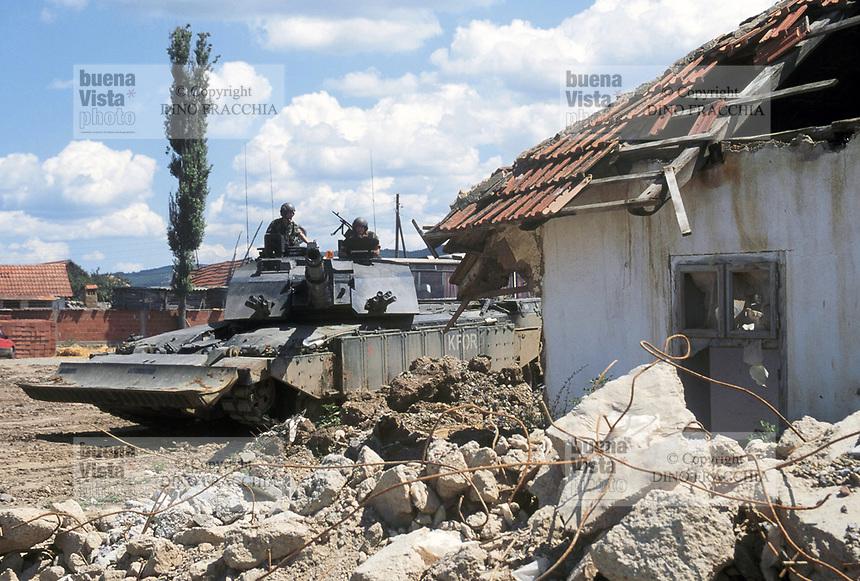 - Kosovo, one of the English tanks Challenger II lines up at the border with the Serbia near city of Podujevo<br /> <br /> - Kossovo, uno dei carri armati inglesi Challenger II schierati al confine con la Serbia nei pressi della citt&agrave; di Podujevo