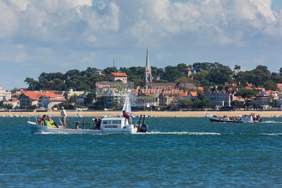 France, Gironde (33),Bassin d'Arcachon, Arcachon:  la ville et les chalands des ostréiculteurs  //  France, Gironde, Bassin d'Arcachon, Arcachon: Oyster barge and the city