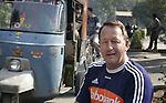 Champions Trophy Hockey mannen. bondcoach van Oranje, de Australier Terry Wals, in de straten van in een buitenwijk van Lahore. Vrijdag speelt Nederland tegen Duitsland maar Nederland heeft zich reeds geplaatst voor de finale.