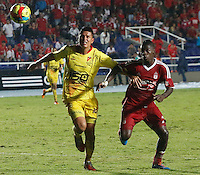 CALI - COLOMBIA - 12-03-2014: Yamilson Rivera (Der) jugador del America disputa el balón con Joaquin Martínez (Izq) jugador del Deportivo Pereira, durante partido entre America de Cali y Deportivo Pereira, de la octava fecha del Torneo Postobon I 2014, jugado en el estadio Pascual Guerrero de la ciudad de Cali. / Yamilson Rivera (R) player of America, figths for the ball with Joaquin Martínez (L) player of Deportivo Pereira, during a matchfor the eighth date between America of Cali y Deportivo Pereira, of theTorneo Postobon I 2014 in the Pascual Guerrero stadium in Cali City. Photo: VizzorImage / Juan C. Quintero / Str.