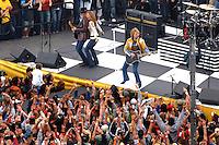 Rick Wilson Photo--021906--Jennifer Nettles of Sugarland dances behind Bon Jovi guitarist Richie Sambora (left) as Jon Bon Jovi plays guitar during a musical performance during the opening ceremonies before the start of the Daytona 500 at the Daytona International Speedway in Daytona Beach, Florida Sunday February 19, 2006.