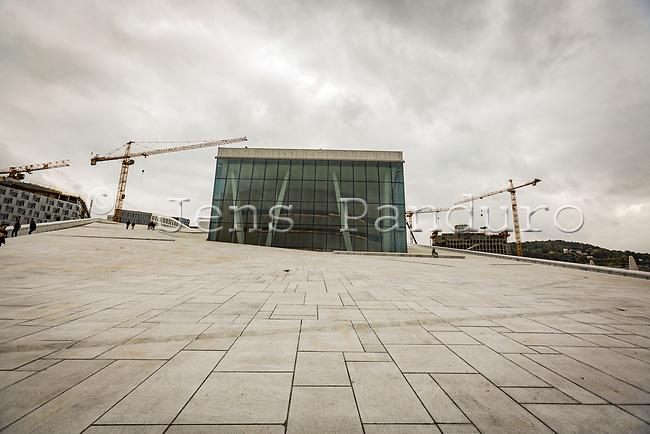 Operahuset i Oslo er Norges nationale operascene, der anvendes af Den Norske Opera &amp; Ballett.<br /> <br /> Operahuset er placeret i Bj&oslash;rvika i det centrale Oslo. Det blev opf&oslash;rt af det offentligt ejede Statsbygg og er tegnet af arkitektfirmaet Sn&oslash;hetta, der vandt en international arkitektkonkurrence. Bygningen er 38.500 m&sup2; stor og har kostet 3,9 mia. norske kroner at opf&oslash;re. Hovedscenen er 16 meter bred og kan g&oslash;res op til 40 meter dyb.<br /> <br /> Ide&eacute;n om et operahus i Oslo blev f&oslash;rste gang lanceret i 1917, hvor skibsrederen Christian Hannevig tilb&oslash;d at finansiere projektet. Det blev ikke til noget, da han gik personligt konkurs. Nye fors&oslash;g p&aring; at bygge en opera blev gjort b&aring;de i 1920'erne og i 1946. Den Norske Opera flyttede scene fra Nationaltheatret til Folketeatret i 1959. I 1989 p&aring;begyndte Den Norske Opera et udredningsarbejde om mulighederne for at opf&oslash;re et operahus i Oslo. Efterf&oslash;lgende fulgte en lang og omstridt offentlig debat om, hvorvidt det var fornuftigt at bygge operahuset. Der blev stillet sp&oslash;rgsm&aring;lstegn ved prisen, behovet og bygningens arkitektoniske fremtoning &ndash; en debat, der i &oslash;vrigt er fortsat efter byggeriets blev p&aring;begyndt og s&aring;gar efter operahuset er &aring;bnet. Stortinget besluttede i 1999, at operaen skulle placeres i Bj&oslash;rvika og ikke p&aring; den nedlagte banestr&aelig;kning Vestbanen, som det ellers tidligere havde v&aelig;ret p&aring; tale.<br /> <br /> &Aring;bningsforestillingen blev holdt den 12. april 2008 og blev sendt direkte p&aring; den statlige tv-kanal NRK1. Blandt g&aelig;sterne til &aring;bningen var det norske kongepar, Kong Harald og Dronning Sonja, Tysklands forbundskansler Angela Merkel og Norges statsminister Jens Stoltenberg. Foto: Jens Panduro